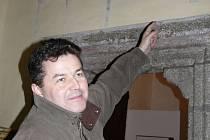 NA  ODKRYTÝ SEGMENT vzácné fresky na zdi kostela sv. Martina ukazuje Ladislav Jelen. Vzácný odkaz minulosti stojí za to podle jeho přesvědčení po staletích ukázat veřejnosti.