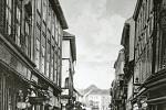 Prostřední část Pražské ulice v Příbrami s výhledem východním směrem v roce 1919. První vlevo známé knihkupectví a papírnictví Karla Simona, za ním vlevo roh Pivovarské ulice.