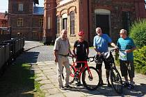 Účastníci dobročinné jízdy navštívili areál Hornického muzea v Příbram, který budou mimo jiné na své cestě propagovat.