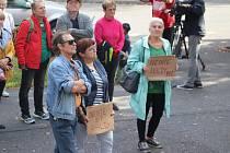 V Příbrami se protestovalo u ředitelství pobočky státního podniku DIAMO proti záměru rozebírání hald po těžbě uranu.