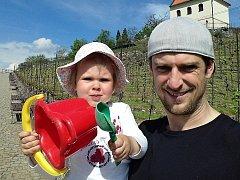 Gynekolog Jan Rapsa s potomkem na výletě.