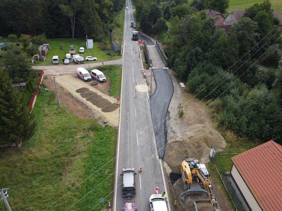 Mezi Příbramí a Sedlčany začali silničáři bourat starý most.