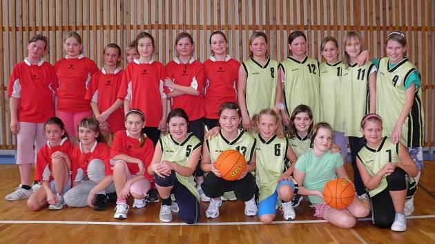 Dva nejlepší týmy minibasketbalu žaček - vlevo družstvo ZŠ Školní, vpravo ZŠ Jiráskovy sady.