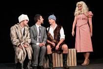 Kryštof Grygar (zleva), Jan Konečný, Martin Dusbaba a Anna Fixová v divadelní komedii Třicet devět stupňů.
