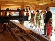 Návštěvníci se mohou těšit na tradiční venkovské řemeslníky, jako jsou hrnčíři, košíkáři, provazník, řezbář, včelař, přadleny i soustružník opracovávajícího dřevo na archaickém pružinovém soustruhu.