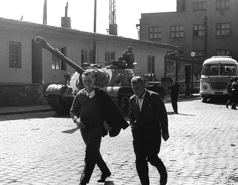 Sovětský tank před garážemi ČSAD  Příbram v době srpnové invaze roku 1968