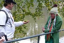 VODNÍK byl jednou z pohádkových postav, která nevynechala akci za 25 let ani jedinkrát. Na snímku je s  šéfem Velké Kobry Jaroslavem Repetným, který přijal od zeleného mužíčka dárek – tři kouzelné oříšky.
