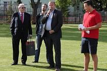 Oslavy 120 let SK SPARTAK Příbram. Proslov prezidenta klubu Vladimíra Králíčka. Vlevo je Alfred Jimenes de Tena, který přivezl dar a dopis od prezidenta FC Barcelona.