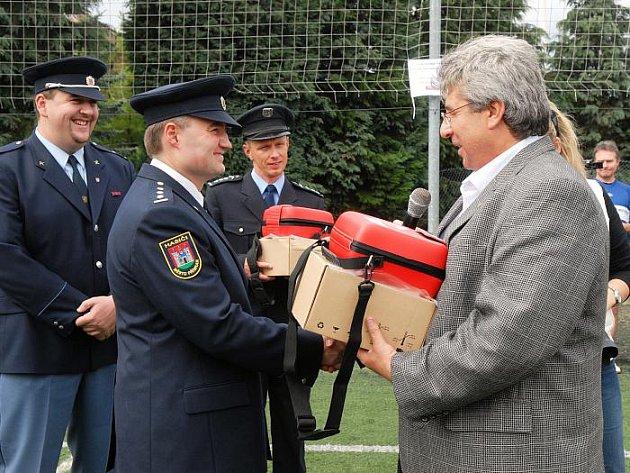 Předání defibrilátorů dobrovolným hasičům a policistům.