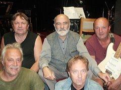 Ve středu 3. října od 19 hod v Clubu Barovka v suterénu Kulturního domu Příbram zahraje Vous Band Revival 60´,70´.