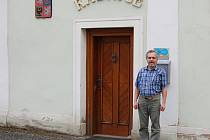 Starosta Tomáš Havlíček před historickou radnicí