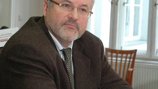 Novým ředitelem středočeského krajského úřadu se stal  Petr Hostek. Souhlas s jeho jmenováním podepsal ministr vnitra Ivan Langer.