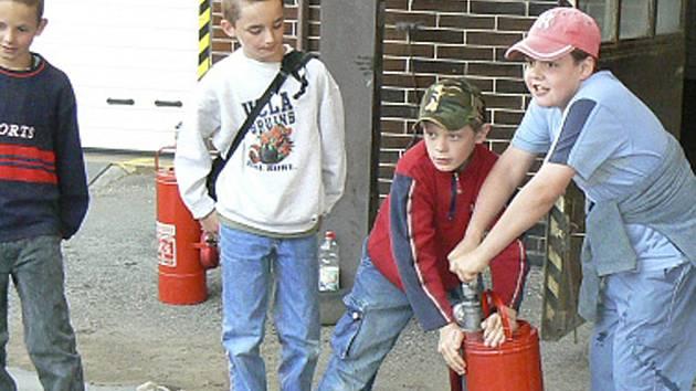 Děti na návštěvě ve stanici v Příbrami