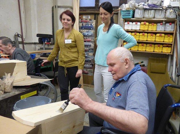 Radost dříve narozeným seniorům udělala truhlářská dílna, ve které mohou tvořit. Nejdříve se pustili do výroby ptačích budek.