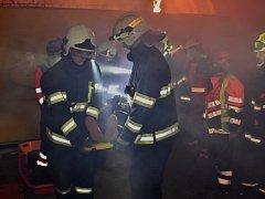 Noční etapa letošního ročníku SOS Extreme 27. dubna byla ve znamení hromadné havárie automobilů a autobusů v tunelu.