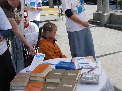 Čtení z nového překladu Bible v Pražské ulici v Příbrami