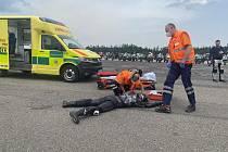 Začneme spolu aneb kolama dolů: dopravní policisté s motorkáři na polygonu v Dlouhé Lhotě u Příbrami.