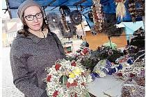 Ingrid Kindermanová z Rožmitálu při nákupu suché dušičkové dekorace v Pražské ulici v Příbrami.