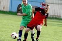 FORMA. Fotbalisté Staré Hutě (v červeném) zvítězili pětkrát v řadě. Nyní je doma čekají silné Pečice, které jsou na druhém místě tabulky III. třídy skupiny A. Připíší si šestou výhru?