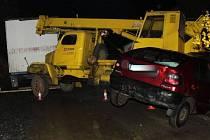 NEHODA jeřábu se zapřaženou maringotkou, která se stala v březnu v Novém Kníně. Řidič pragovky nezvládl řízení, najel na krajnici a narazil do sloupu a zaparkovaného renaultu. Nehoda se obešla bez zranění.
