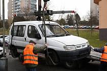 Odtah dlouhodobě odstavených vozidel v Příbrami.