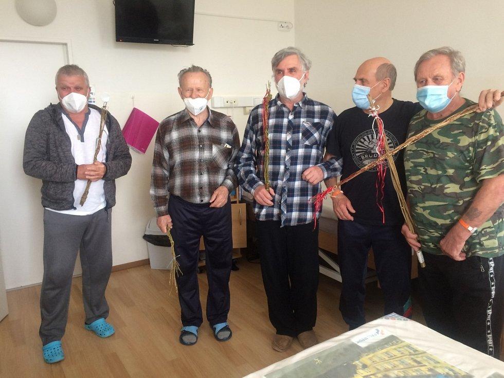 Nemocnice Na Pleši: koledníci s pomlázkami