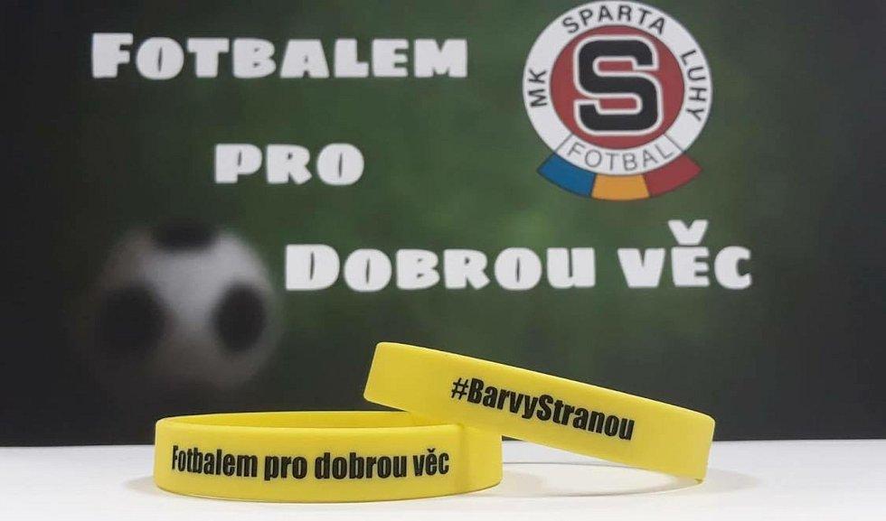 Trojice hráčů týmu Sparta Luhy - Jan David, Jakub Šmejkal a Jan Matyáš - založila projekt Fotbalem pro dobrou věc, jehož patronem je i herec Pavel Nový.