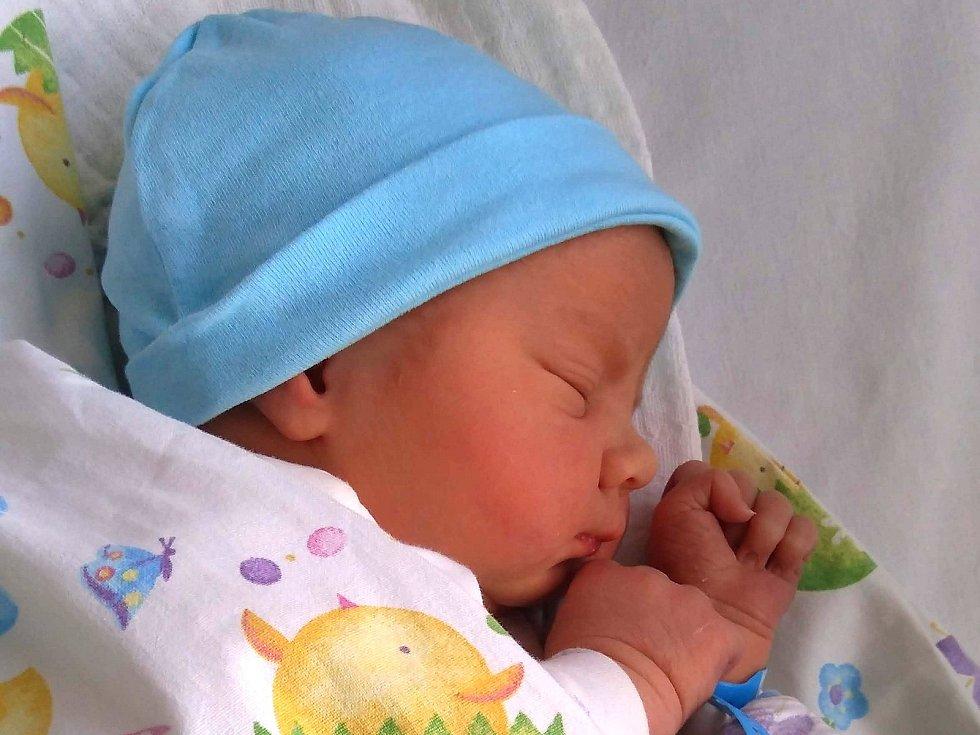 Filip Novotný, Příbram. Narodil se 20. listopadu 2020. Po porodu vážil 4,05 kg a měřila 51 cm. Rodiče jsou Petra a Pavel Novotní, sourozenci Kubík a Honzík. (porodnice Příbram)