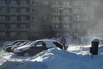 Nový sníh v Příbrami rozfoukal silný vítr