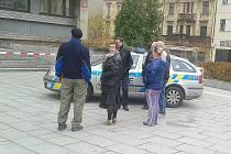 Policie a úředníci před Úřadem práce v Příbrami, což byla jedna z budov, kde se mohla vyskytovat nahlášená bomba.