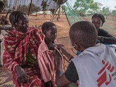 Vyšetření pacienta v uprchlickém táboře v Jižním Súdánu.