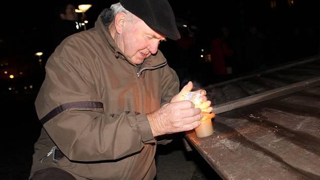 Vzpomínka na sametovou revoluci na náměstí 17. listopadu v Příbrami.
