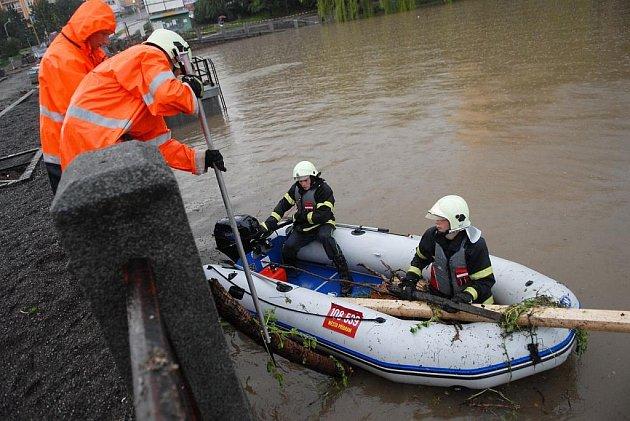 Dobrovolní hasiči museli s pomocí motorového člunu odstraňovat naplaveniny z rybníků Hořejší a Dolejší Obora.
