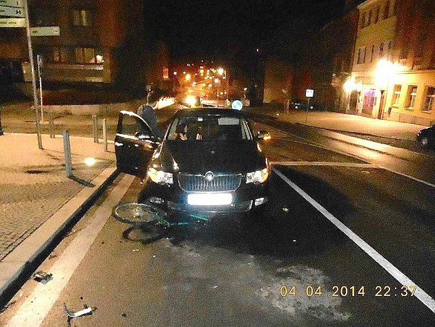 PÁTEČNÍ NEHODA Škody Superb s podnapilým cyklistou u náměstí TGM v Příbrami.