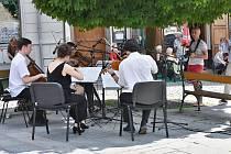 Po celý den se konaly samostatné koncerty po celém městě Příbrami. Hudba zazněla na netradičních místech, jakými je například prostor před Oblastní nemocnicí, domov seniorů, obchodní dům, pěší zóna, náměstí a cáchovna dolu Anna.