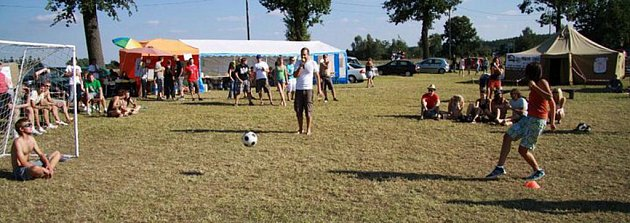 Kačeři pořádají letní festival na louce u Horčápska.