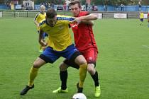 Dobříš (v červeném) zápas v Rakovníku nezvládla, podlehla 0:5.