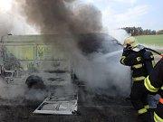 Požár dodávky u Milína.