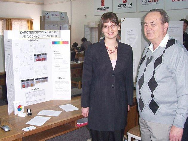 Křížovkář Rudolf Malý v roli porotce při příbramské soutěži vědeckých projektů, která se konala v Q-klubu.