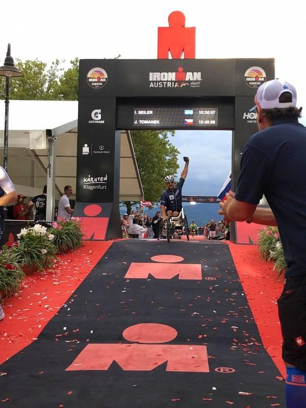 Jan Tománek slaví, že dojel do cíle náročného závodu
