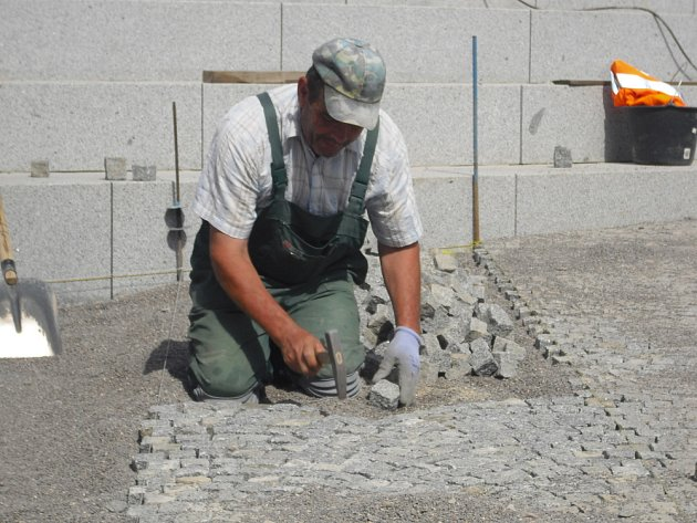 Práce v okolí kašny na náměstí TGM.