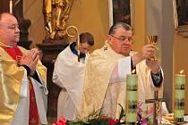 SLAVNOSTNÍ  mši v kostele Svatého Jana Nepomuckého spolu s místním páterem Zbignievem Grzybem celebroval v neděli pražský arcibiskup kardinál Dominik Duka.