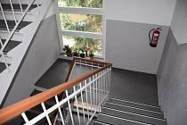 V domě 72 bytů a od roku 1982 je užívaný v rozporu s kolaudací.