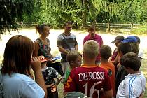 LETOS za dětmi na tábor přijela místostarostka města Příbrami Alena Ženíšková v doprovodu vedoucího Odboru sociálních věcí a zdravotnictví MěÚ Příbram Roberta Dikana.