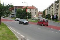 Chodce na dvou příbramských přechodech chrání červený zpomalovací pás