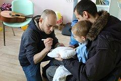 Členové Kiwanis klubu Příbram společně s Vojtaanem předávali kiwanis panenky v příbramské nemocnici.