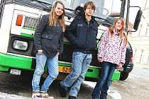 Vanda, Vlastimil a Nina patří mezi osm dětí, které se po škole nedostanou autobusem domů.