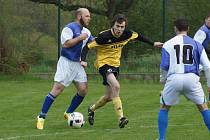 VLÁDCI. Fotbalisté Kosovy Hory (ve žlutočerném) zažili vydařený podzim.  vyhlíží postup do vyšší soutěže.