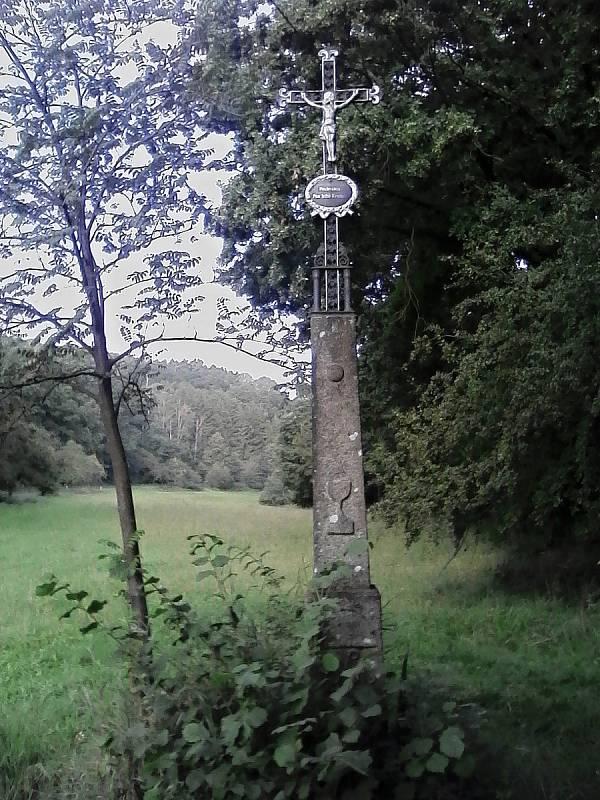 Kříž u křižovatky z roku 1860.