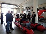 Předání nového záchranářského člunu dobříšským hasičům.